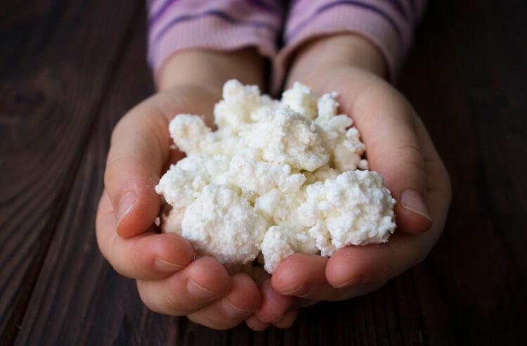 Bebeğiniz için evde lor peyniri yapımı