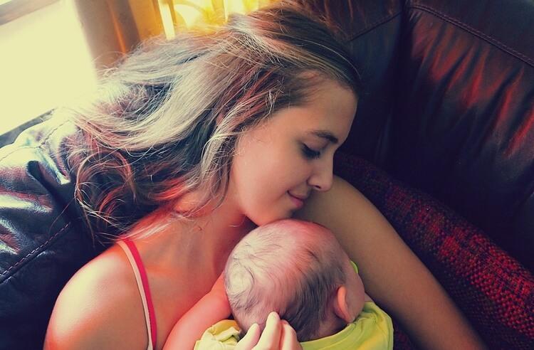 Beyin gelişimi için bebeğinizi sık sık kucaklayın.